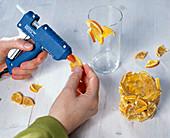 Gläser mit Orangenstückchen bekleben: 2/3