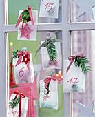 Adventskalender aus Transparentpapiertüten mit kleinen Geschenken