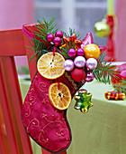 Roter Nikolaus - Schuh mit getrockneten Scheiben von Citrus (Orangen)