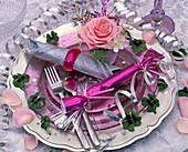 Rosa (Rose), Narcissus tazetta (Tazette), Oxalis (Glücksklee) auf lila Gla