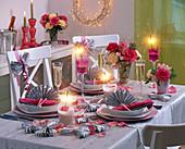 Tischdekoration mit Rosa (Rosen), Alstroemeria (Inkalilien), Pseudotsuga