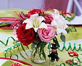 Strauß aus roten und rosa Rosa (Rosen), weißen Hippeastrum (Amaryllis)