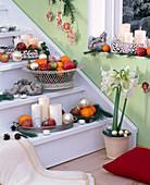 Treppe weihnachtlich dekoriert mit Kerzen, Obstschale und Baumschmuck