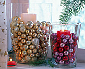 Kerzen in großen Gläsern mit Christbaumkugeln