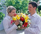 Paar mit Blumenstrauß aus Tulipa (Tulpen), Narcissus