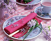 Tischdekoration mit Syringa (Flieder)