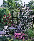 Mosaik - Sitzgruppe vor Rosenlaube : Hochformat