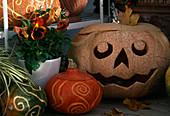 Halloween: ausgehöhlte Zierkürbisse mit geschnitzten Mustern
