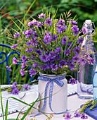 Strauß aus Centaurea (Kornblumen), Gräsern, Triticum (Weizen), Carum