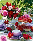Tischdekoration mit einfachen und gefüllten Rosa (Rosen) in Schale