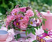 Strauß aus Rosa (Rosen), Cosmos (Schmuckkörbchen)