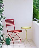 Vorher - Nachher - Balkon : vorher leer mit rotem Klappstuhl und gelbem Tisch