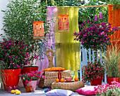 Orientalischer Balkon mit bunten Tüchern als Sichtschutz
