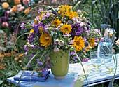 Strauß aus Sonnenauge, Flammenblumen, Rosen,  Strandflieder, Malven, Kugeldistel und Gräsern