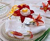 Blüten der Taglilie gefüllt mit Früchtequark