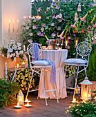 Abendterrasse mit Laternen und Kerzen