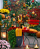 Herbstliche Abendterrasse mit Laterne und Kerzen