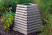 Kompostbehälter aus Brettern, Anthemis tinctoria (Färberkamille)