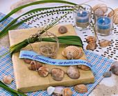 Geschenk mit Spartina (Goldleistengras), Kette aus Muscheln und Schild 'Sonnig