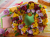 Kranz aus Chrysanthemum (Herbstchrysanthemen), Cotoneaster (Felsenmispel)