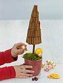 Kleine Bäume mit Zimtstangen und Weihnachtsbaumschmuck : 5/6