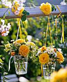 Kleine Sträuße aus Rosa (Rosen), Leucanthemum (Margeriten), Antirrhinum