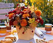 Strauß aus Dahlia (Dahlien), Chrysanthemum (Herbstchrysanthemen), Herbstlaub