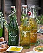 Kräuteröl mit Salvia (Salbei), Thymus (Thymian), Rosmarinus (Rosmarin)