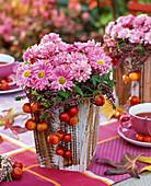 Chrysanthemum (Herbstchrysantheme), dekoriert mit Malus (Zieräpfeln)