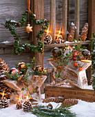 Sterne aus Holz dekoriert mit Hedera (Efeu), Malus (Zieräpfeln), Pseudotsuga