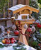 Vogelfutterhaus mit Vögeln, Meisenknödel, Malus (Äpfel und Zieräpfel), Etagere