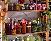 Eingelegter Rotkohl, eingelegte Zieräpfel, Gelee, Tomaten - Sugo, Pesto
