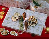Geschenk mit Citrus (Limettenscheiben), Zimtstangen