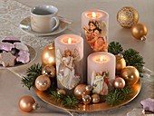 Kerzen mit Engelmotiven auf goldenem