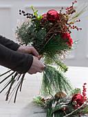 Strauß mit roten Nelken und Christbaumkugeln : 2/3