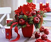Roter Weihnachtsstrauß mit Amaryllis und Äpfeln 2/2
