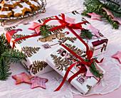 Weihnachtsgeschenke mit Zweigen von Abies procera (Edeltanne)