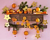 Regal mit Citrus (Orangenscheiben, Orangen), Sternen, Kugeln