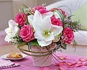Strauß aus Rosa (Rosen), Hippeastrum (Amaryllis), Gypsophila (Schleierkraut)