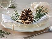 Vergoldeter Pinus (Kiefernzapfen) mit Zweigspitzen als Serviettendeko