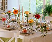 Tischdekoration mit Gerbera, Rosa (Rosen), Lilium (Lilien), Alstroemeria