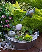 Kleines Wasserspiel : Zinkschale mit Keramikfischen, Kies