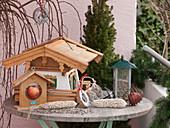 Vogelfutter - Stillleben auf Balkontisch