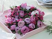 Frühlingskranz mit Ranunculus (Ranunkeln), Tulipa (Tulpen), Rhododendron