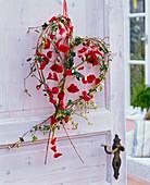 Rote Rosa (Rose) in Herz aus Hedera (Efeu)