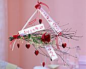 Rote Rosa (Rose), Gypsophila (Schleierkraut), Zweige von Betula (Birke)