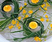 Gräser um Teelichter, Ranunculus (Hahnenfuss) in Wasser schwimmend