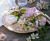 Serviettendekoration mit Blüten von Malus (Äpfeln)