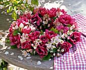 Kranz aus Tulipa (Tulpen) und Malus (Apfelblüten)