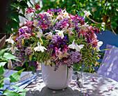 Strauß aus Aquilegia (Akelei), Syringa (Flieder), Centaurea (Flockenblume)